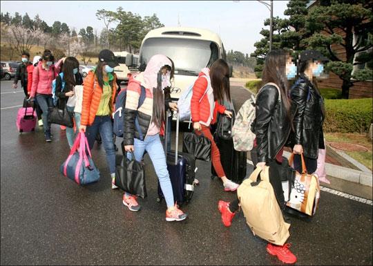 해외식당에서 근무한 북한 종업원 13명이 국내에 입국하는 모습. 통일부 제공.