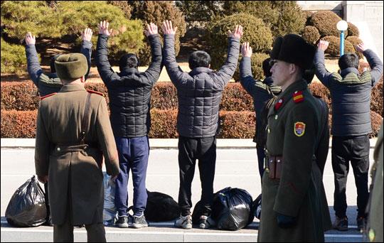 통일부는 18일 오전 판문점을 통해 최근 동해상에서 구조된 북한 선원 5명 전원을 북측에 인도했다. 사진은 북측에 인도되는 북한 선원들의 모습. 통일부 제공.