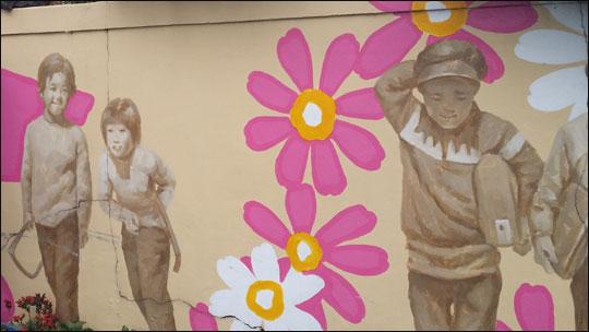 동문시장 부근 벽화마을인 두멩이골목에 있는 벽화.ⓒ조남대