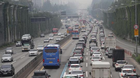 휴가철을 맞아 고속도로 정체가 극심하다.(자료사진)ⓒ연합뉴스