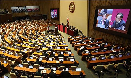 국회 대정부질문이 사흘째 이어지는 가운데, 이낙연 국무총리가 야당의 집중포화에 의연하게 대처해 눈길을 끈다.(자료사진) ⓒ데일리안 박항구 기자