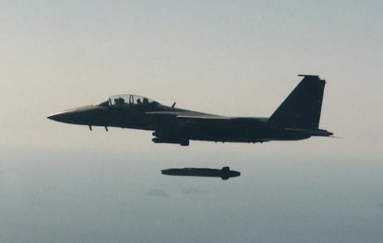 F-15K 전투기가 타우러스 미사일을 발사하고 있다. ⓒ공군