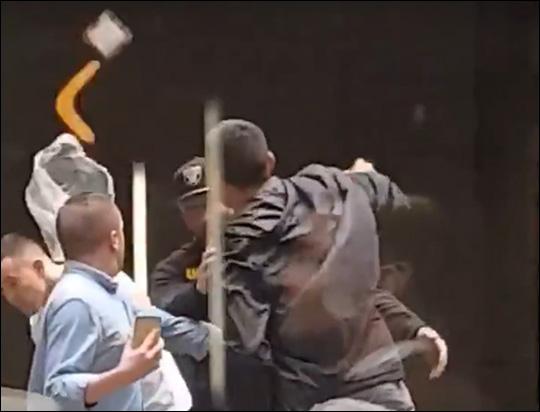 베우둠이 코빙턴에 물건을 던지고 있다. 유튜브 영상 화면 캡처.