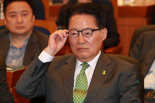 지난 5월 박지원 전 대표가 제19대 대통령선거일 개표상황실에서 방송 시청 중 안경을 고쳐쓰는 모습.(자료사진)ⓒ데일리안 홍금표 기자