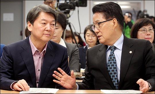박지원 대표와 안철수 전 대표가 지난 2월 국회 의원회관에서 열린 성평등 정책 중장기 비전수립을 위한 토론회