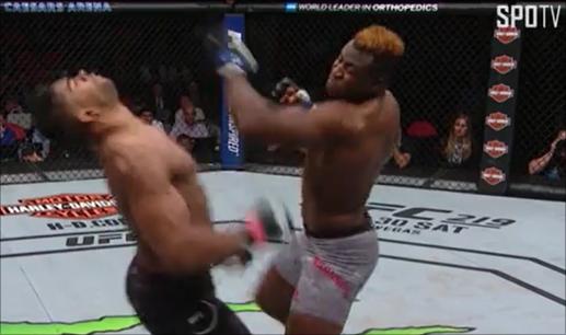 UFC 218에서 오브레임 눕힌 은가누(오른쪽). SPOTV NOW 캡처