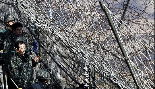 정세균 국회의장이 6일 강원도 철원 제3보병사단(백골부대)를 방문해 백골OP를 찾아 철책선을 둘러보고 있다. ⓒ국회사진취재단