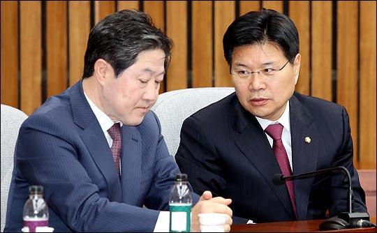 최근 자유한국당 중진의원 간담회에서 홍문종(오른쪽) 의원과 유기준 의원이 대화를 나누고 있다. ⓒ데일리안 박항구 기자