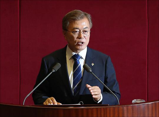 """문재인 대통령은 6일 """"북핵은 반드시 해결하고 압박도 해야하지만 군사적 선제타격으로 전쟁이 나는 방식은 결단코 용납할 수 없다""""고 말했다.(자료사진) ⓒ데일리안"""