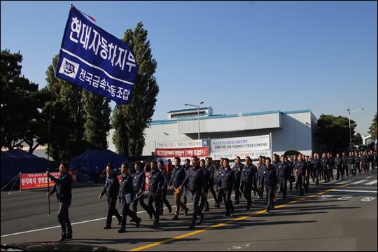 금속노조 현대차지부 교섭위원들이 단체교섭이 재개된 10월 31일 교섭장으로 향하고 있다.ⓒ금속노조 현대차지부