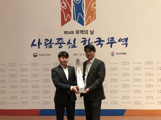 (좌측부터)유한양행 수출팀 임성혁 사원, 수출팀 이해영 팀장이