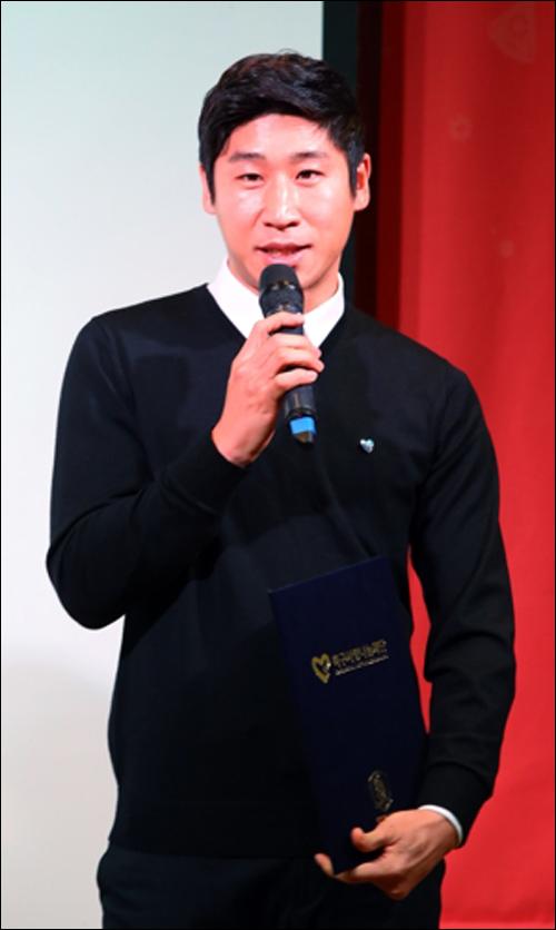 이근호가 4일 오후 서울 용산구 국방컨벤션에서 열린 '제3회 축구사랑 나눔의 밤 행사'에서 축구사랑나눔재단 홍보대사로 위촉받고 소감을 말하고 있다. ⓒ 연합뉴스