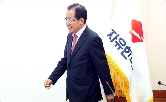 홍준표 자유한국당 대표가 9일 서울 여의도 당사에서 열린 국책자문위원 위촉장 수여식에 참석하고 있다. (자료사진) ⓒ데일리안 박항구 기자
