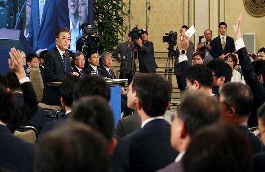 지난해 8월 17일 문재인 대통령 취임 100일 기자회견이 청와대 영빈관에서 열리고 있다.ⓒ청와대