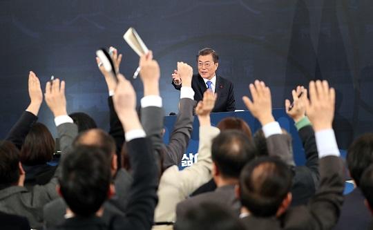 문재인 대통령이 10일 오전 청와대 영빈관에서 열린 신년 기자회견에서 질문하기 위해 손을 든 기자를 지명하고 있다.ⓒ청와대