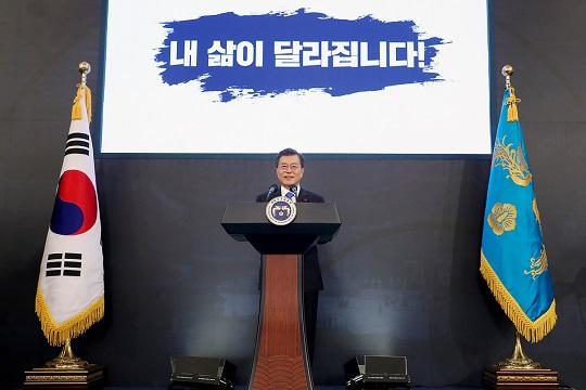 문재인 대통령이 10일 오전 청와대 영빈관에서 열린 신년 기자회견에서 신년사를 발표하고 있다.ⓒ청와대