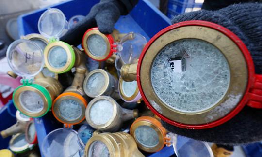 전국에 몰아친 한파로 대부분의 지역에 한파경보와 한파주의보가 발효된 11일 서울 종로구 효자가압장에 동파된 수도계량기가 분류되어 있다. ⓒ데일리안 홍금표 기자