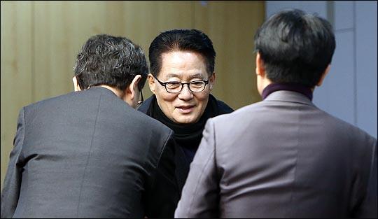 박지원 국민의당 의원이 8일 오전 국회 의원회관에서 열린 국민의당 통합 반대파 의원모임인 국민의당지키기운동본부 의원 전체회의에서 참석자들과 인사를 나누고 있다.(자료사진)ⓒ데일리안 박항구 기자