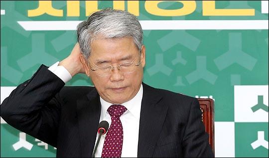 김동철 국민의당 원내대표가 지난해 12월14일 오전 국회에서 열린 원내정책회의에서 머리를 만지고 있다.(자료사진)ⓒ데일리안 박항구 기자