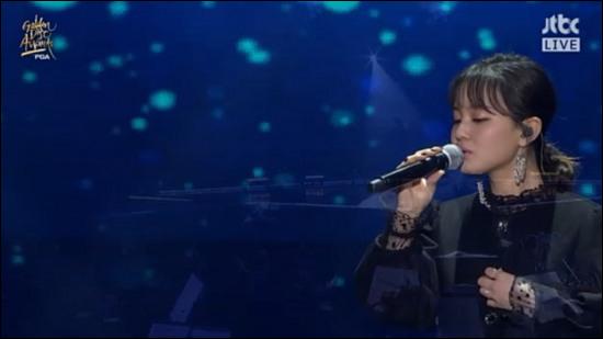 가수 이하이가 고 종현을 추모하는 무대를 꾸몄다. JTBC 방송 캡처.