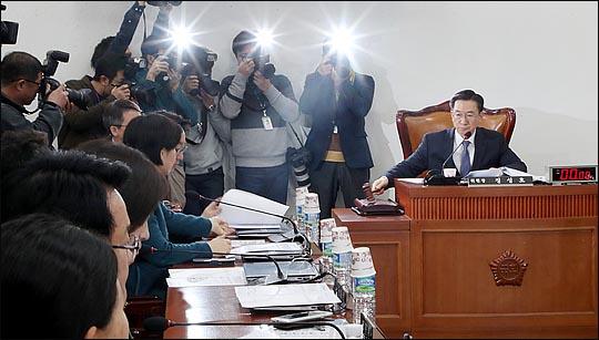 국회 사법개혁특별위원회 정성호 위원장이 12일 국회에서 열린 첫 회의에서 의사봉을 두드리고 있다.  ⓒ데일리안 박항구 기자