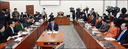 국회 사법개혁특별위원회 정성호 위원장과 여야 의원들이 12일 국회에서 첫 회의를 진행하고 있다.  ⓒ데일리안 박항구 기자