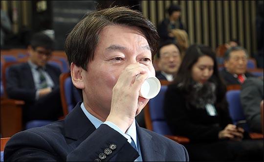 안철수 국민의당 대표가 12일 오후 국회에서 바른정당과의 통합을 위한 전당대회 개최 논의를 위해 열린 국민의당 당무위원회에서 물을 마시고 있다. ⓒ데일리안 박항구 기자