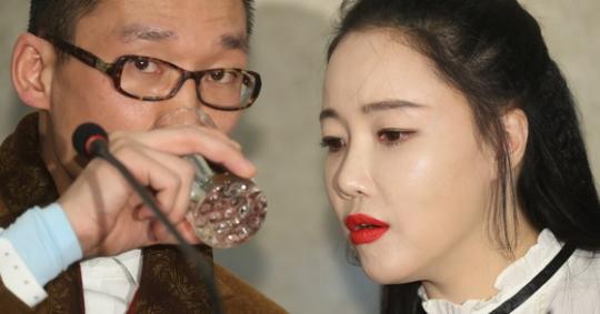 낸시랭의 남편인 왕진진 씨는 여전히 세간의 의혹을 받고 있다. 최근 SBS