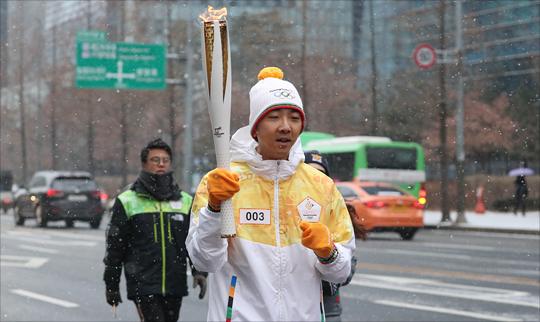 평창 동계올림픽 성화가 서울에 도착한 13일 오전 서울 마포구 디지털미디어시티에서 성화봉송 주자들이 성화를 운반하고 있다. ⓒ데일리안 홍금표 기자