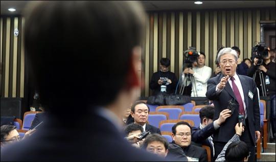 12일 오후 국회에서 바른정당과의 통합을 위한 전당대회 개최 논의를 위해 열린 국민의당 당무위원회에서 통합에 반대하는 유성엽 의원이 안철수 대표에게 항의하고 있다.(자료사진)ⓒ데일리안 박항구 기자