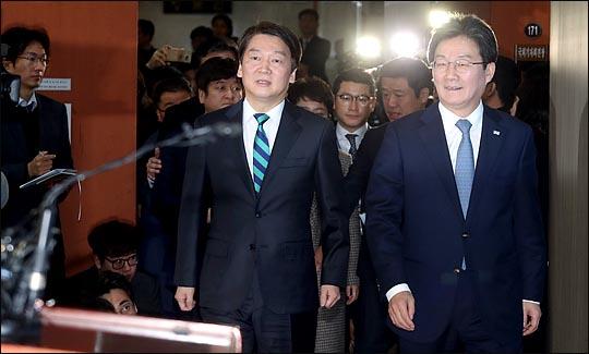 안철수 국민의당 대표와 유승민 바른정당 대표가 18일 통합을 선언하기 위해 국회 정론관으로 들어서고 있다. ⓒ데일리안 박항구 기자