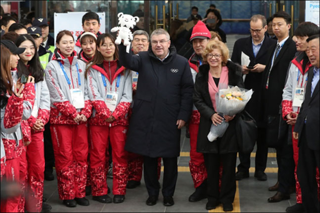 토마스 바흐 국제올림픽위원회(IOC) 위원장이 30일 오후 강원도 평창군 진부역에서 수호랑 인형을 흔들며 인사하고 있다. ⓒ 연합뉴스