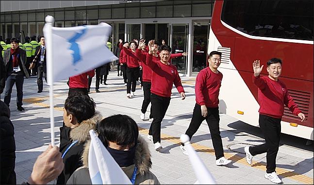 북한 예술단원들이 8일 첫 공연장인 강릉아트센터에서 연습을 마치고 점심식사를 위해 이동하고 있다. 한반도기를 흔들며 인사하는 시민들에게 손을 흔들며 화답하고 있다.(자료사진) ⓒ데일리안 박항구 기자