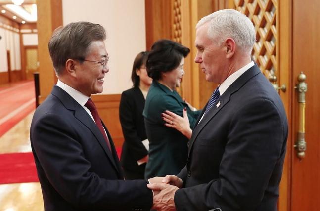 문재인 대통령이 8일 오후 청와대 본관에서 마이크 펜스 미국 부통령을 만나 악수를 하고 있다. ⓒ연합뉴스