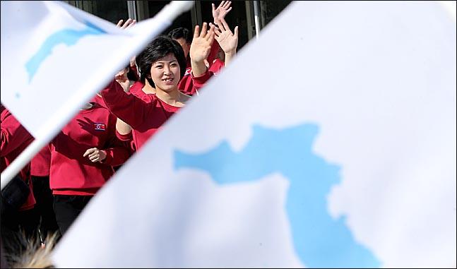 북한 예술단이 8일 강릉아트센터에서 연습을 마치고 점심식사를 위해 이동하고 있다. 한반도기를 흔들며 인사하는 시민들에게 화답하고 있다. ⓒ데일리안 박항구 기자