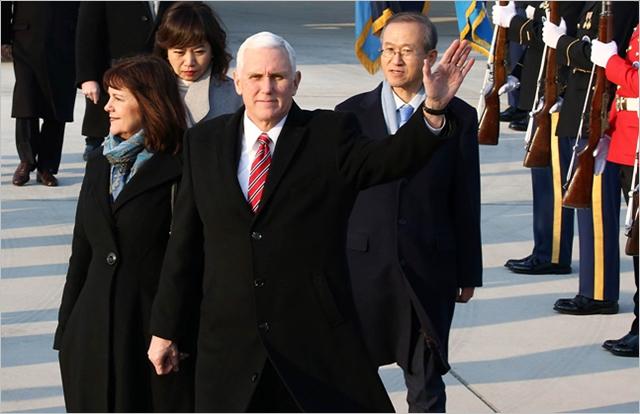 마이크 펜스 미국 부통령이 지난 8일 경기도 평택시 주한 미군 오산 공군기지에 도착했다. ⓒ사진공동취재단