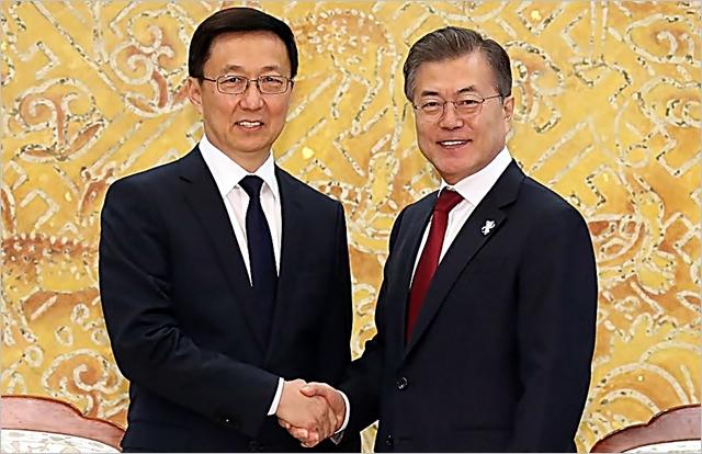 문재인 대통령이 8일 오후 청와대에서 시진핑 중국 국가주석의 특별대표 자격으로 방한한 한정 상무위원을 만나 악수하고 있다. ⓒ연합뉴스