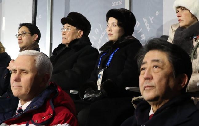 미국 마이크 펜스 부통령(앞줄 왼쪽)과 일본 아베 신조 총리가 9일 오후 평창올림픽플라자에서 열린 2018 평창동계올림픽 개회식을 지켜보고 있다. 뒷줄 오른쪽 두번째는 북한 김여정 노동당 중앙위 제1부부장, 김 부부장 왼쪽은 김영남 최고인민회의 상임위원장 ⓒ연합뉴스