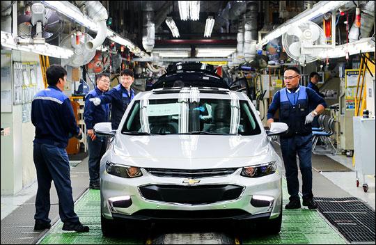 한국지엠 말리부 조립 라인에서 직원들이 차량을 검수하고 있다.ⓒ한국지엠