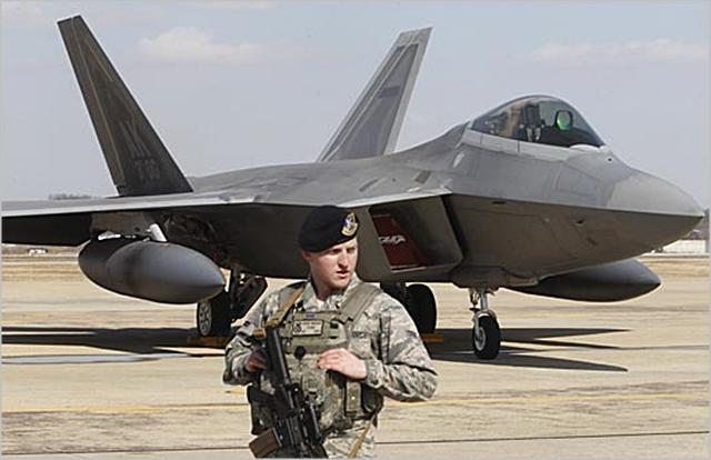 2016년 2월 F-22 랩터 스텔스 전투기가 경기도 평택시 오산공군기지에 착륙해 있다. ⓒ인터넷사진공동취재단