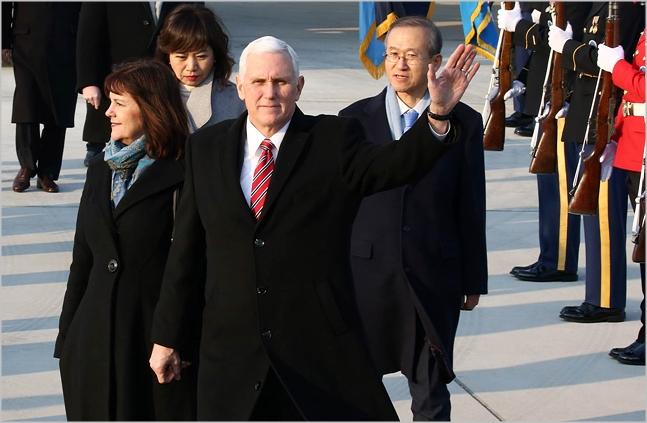 마이크 펜스 미국 부통령과 부인 캐런 여사가 지난 8일 오후 경기도 평택시 주한 미군 오산 공군기지에 도착해 취재진을 향해 손을 흔들고 있다. ⓒ사진공동취재단