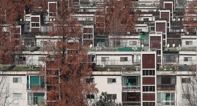 서초구 반포주공 시세가 급등하면서 재건축 아파트가 0.98% 올라 상승폭이 확대됐다. 반포주공1단지 모습.ⓒ연합뉴스
