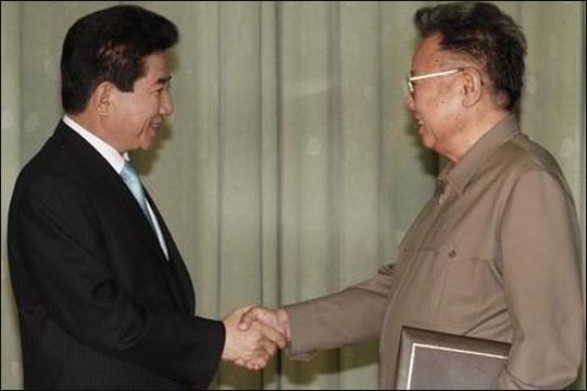 노무현 대통령과 김정일 국방위원장이 지난 2007년 10월 4일 평양 백화원 영빈관에서 남북공동합의문에 서명한 뒤 악수하고 있다.ⓒ청와대
