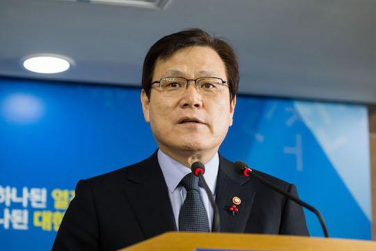 최종구 금융위원장은 13일 이건희 삼성그룹 회장의 차명계좌 처리에 대한 법제처 회신과 관련해