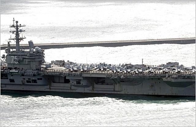 미국 핵추진 항공모함 로널드 레이건호가 지난해 10월 한미 연합훈련에 참가하기위해 부산항에 입항하고 있다. ⓒ연합뉴스