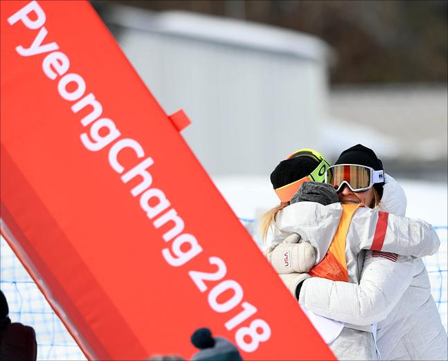 12일 강원도 평창군 휘닉스파크에서 열린 2018 평창 동계올림픽 스노보드 여자 하프파이프 예선에 참가한 한국계 미국인 클로이 김이 압도적인 점수로 1위를 확정지으며 코치와 포옹을 하고 있다. ⓒ2018평창사진공동취재단