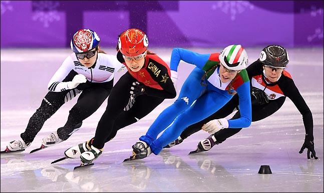 한국의 최민정(왼쪽)이 13일 오후 강원도 강릉아이스아레나에서 열린 2018평창동계올림픽 쇼트트랙 여자 500m 준준결선 경기에서 역주하고 있다.ⓒ2018평창사진공동취재단