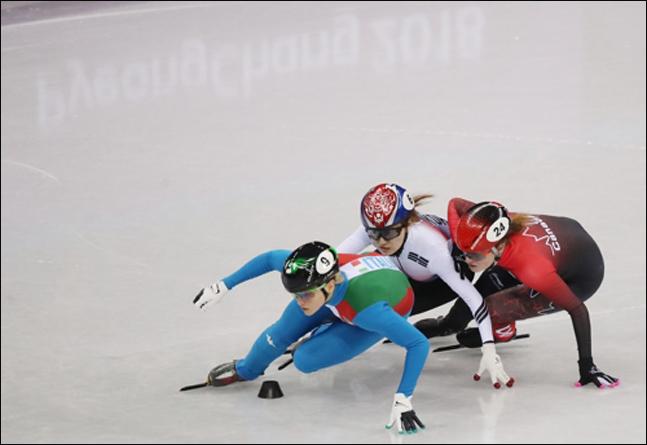 쇼트트랙 여자 500m 결승에서 킴 부탱이 최민정에게 손을 쓰고 있다. ⓒ 연합뉴스
