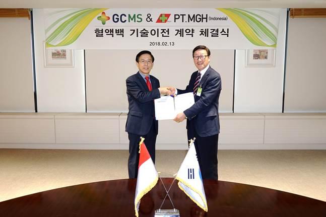 김영필 GC녹십자엠에스 대표(왼쪽)와 조인제 PT.MGH 회장(오른쪽)이 13일 경기도 용인에 위치한 GC녹십자엠에스 본사에서 혈액백 제조 기술 이전 및 공급 계약을 체결했다. ⓒGC녹십자
