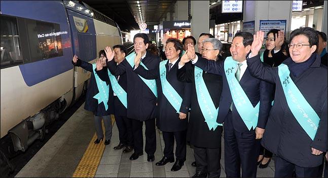 설 연휴를 하루 앞둔 14일 오전 박주선·유승민 바른미래당 공동대표가 서울 용산구 용산역 승강장에서 고향으로 향하는 귀성객들에게 손을 흔들며 인사하고 있다. ⓒ데일리안 박항구 기자